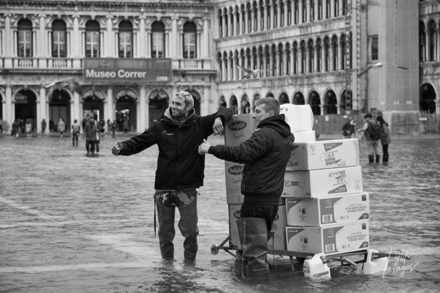 Street-Photography (Lieferanten in Venedig bei Hochwasser)